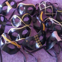 mascaras negras con detalles doradas
