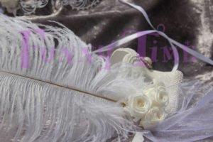 mascaras con rosas preservadas blancas