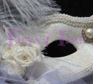 mascara con flores preservadas